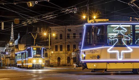 A szegedi fényvillamosok randevúja az Anna-kútnál, egy december végi késő éjjelen